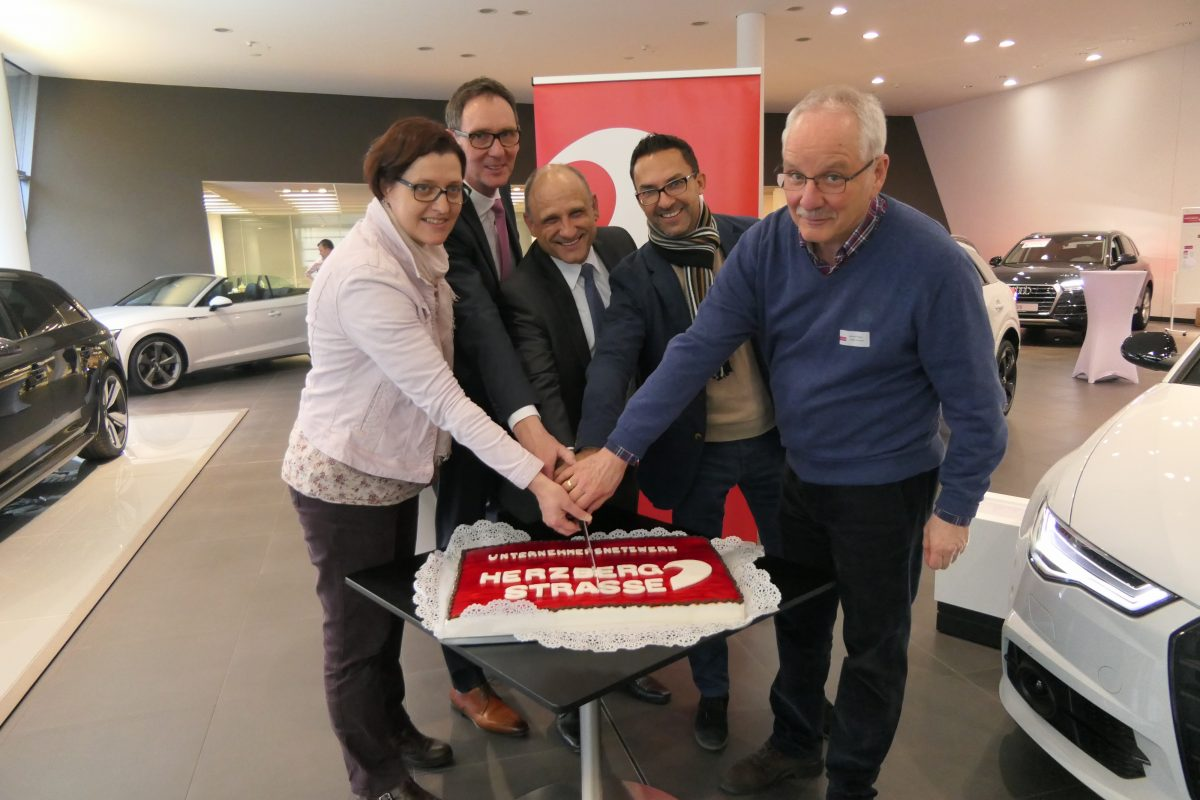 Tortenanschnitt mit Stadträtin Monteiro, Vorstand und Gastgeber Audi